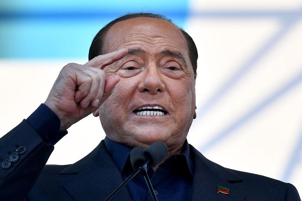 Italiens tidligere premierminister Silvio Berlusconi med ophidset grimasse