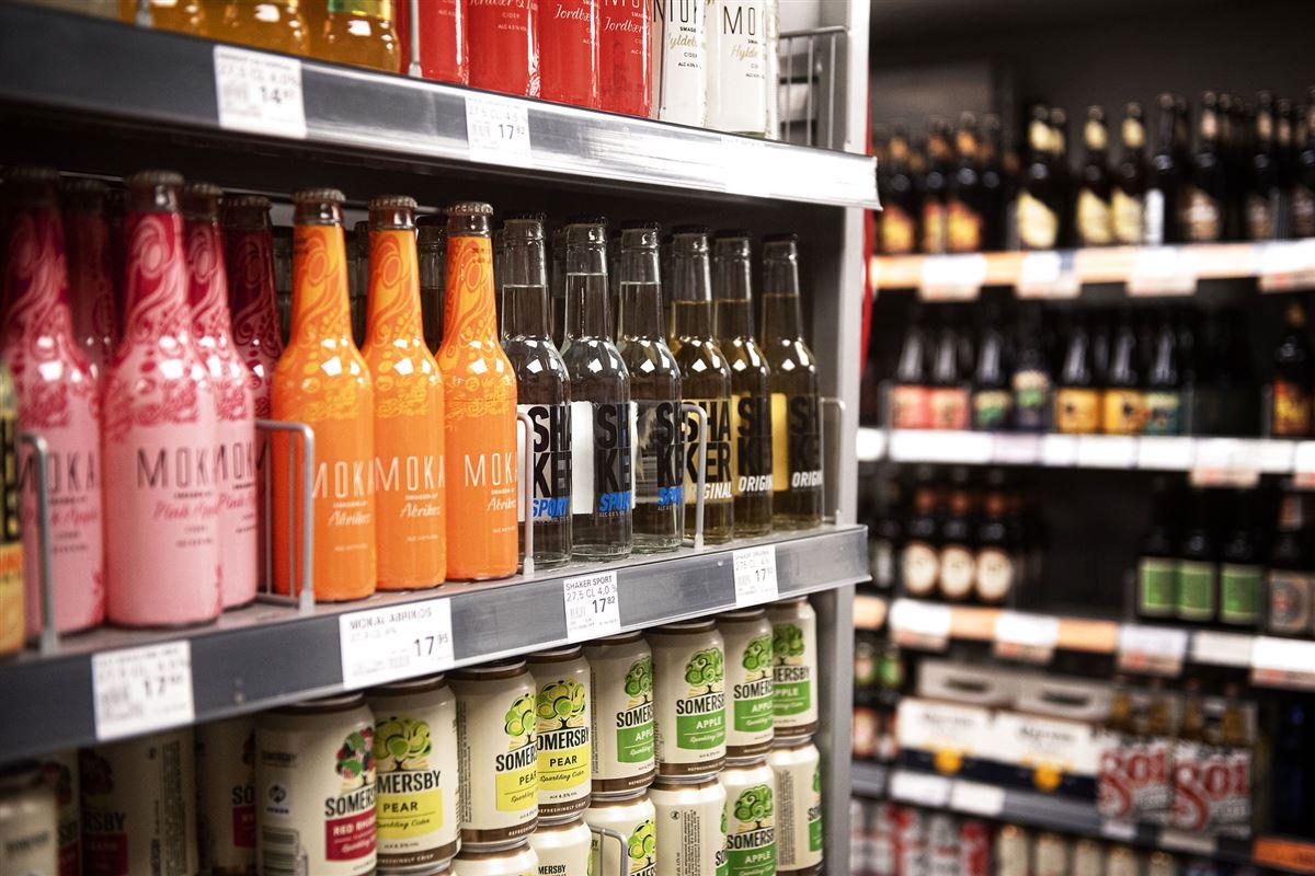 Hylder i supermarked med alkohol