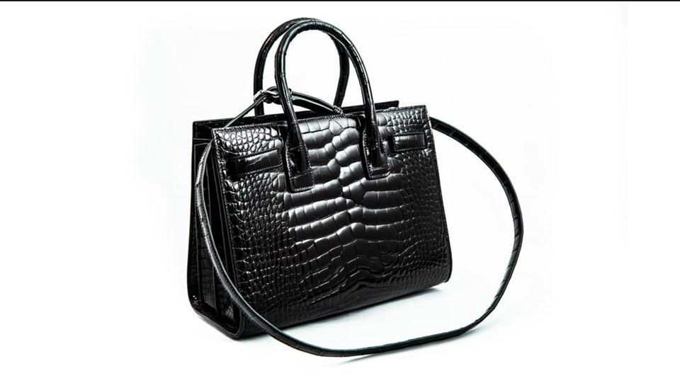 Sort taske i alligatorskind