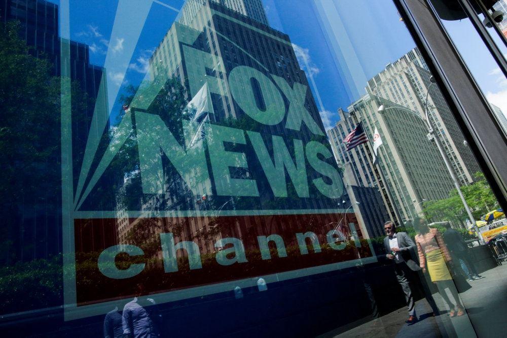 Fox News loge genspejlet i vindue