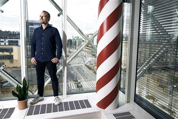 Martin Thorborg foran et vindue højt oppe