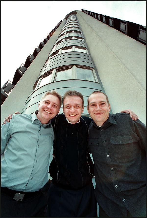 Tre unge gutter foran det store tårn i Valby, hvor Jubii havde hovedsæde.