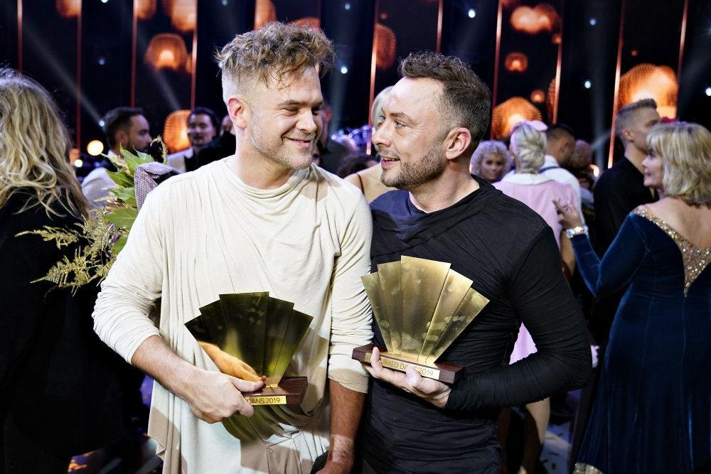 Sidste års vindere: danseren Silas Holst og skuespilleren Jakob Fauerby med deres trofæer. Billedet er taget på finaleaftenen og begge smiler
