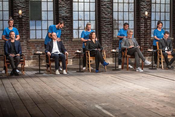 """De fem investorer i tv-programmet """"Løvens Hule"""" får en gang massage."""