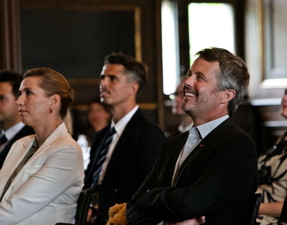 Statsminister Mette Frederiksen og Kronprins Frederik sidder og lytter til Red Barnets konference i Børssalen i København