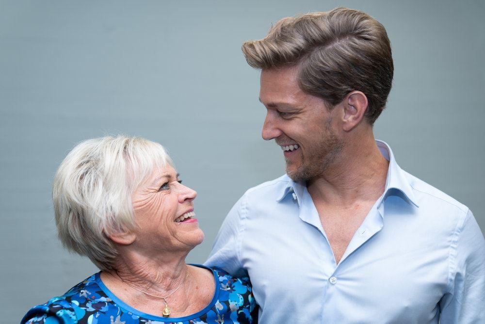 Hilda Heick og Micheal Olesen smiler til hinanden