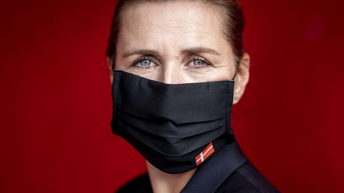 Portæt af statsminister Mette Frederiksen iført mundbind