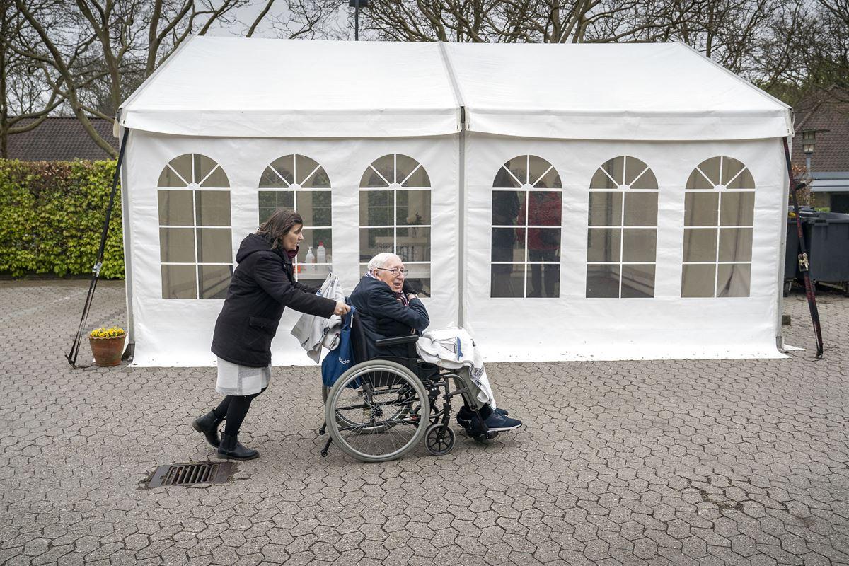 plejehjemsbeboer får besøg i et havetelt