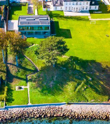 Stort nyt hus på en grøn plæne