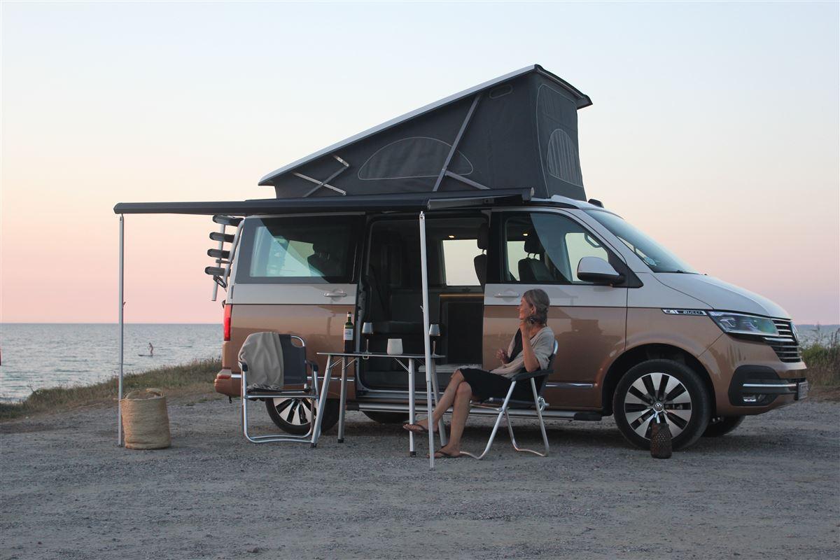 En autocamper i solnedgangen