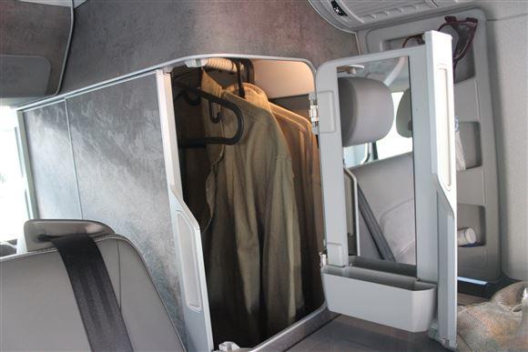 Et garderobeskab i en autocamper
