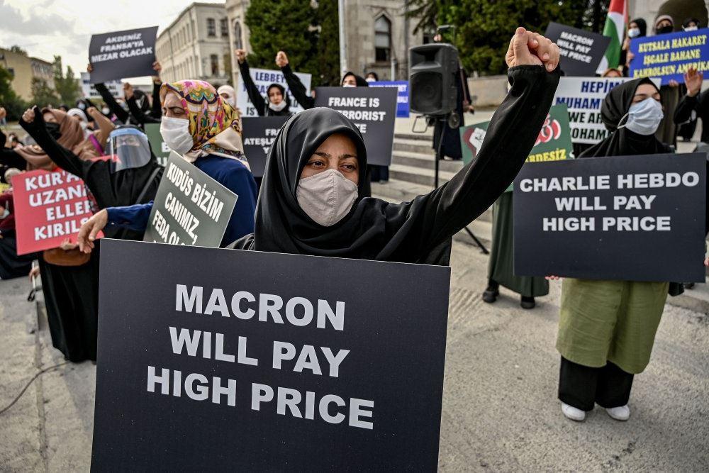 "Demonstranter med bundbind. Forrest står en demonstrant med et skilt med skriften ""Macron vi betale den højeste pris""."