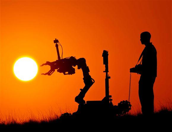 En person styrer en robot mod solen