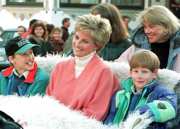 Diana i en lyserød bluse sammen med sine to små sønner Harry og William