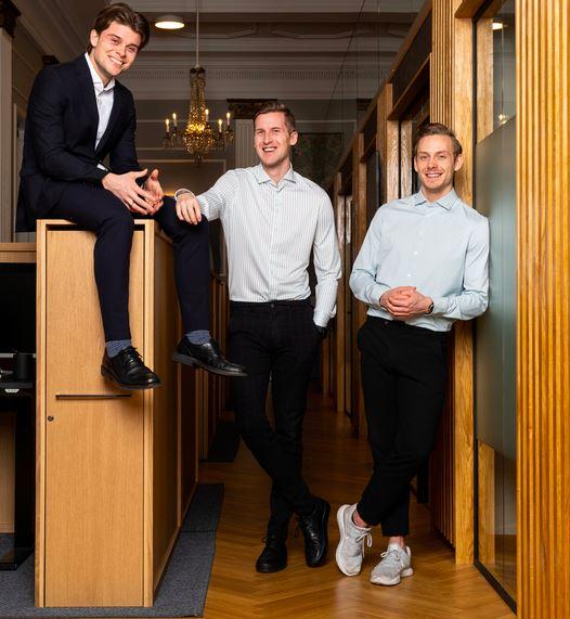 Billede af tre unge mænd i et butikslokale