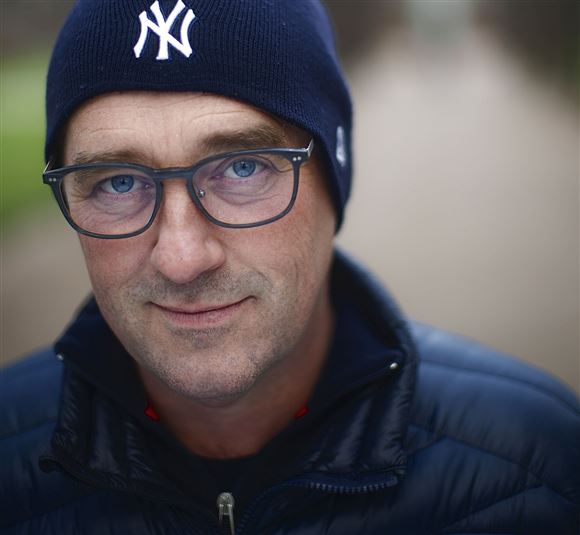 Nærbillede af tv-værten Peter Ingemann. Han har briller og en mørkeblå hue på. Han kigger direkte og alvorligt ind i kameraet.
