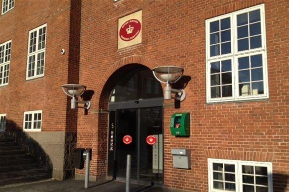 Retsbygningen i Næstved den er opført i røde mursten og har et indgangsparti med to store buede glasdøre