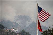 Det amerikanske flag med skovbrandene i Califorinien i bagggrunden