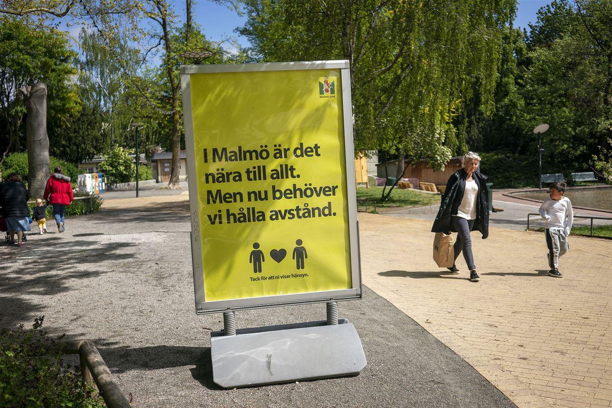 Gult coronaskilt på gaden i Malmø