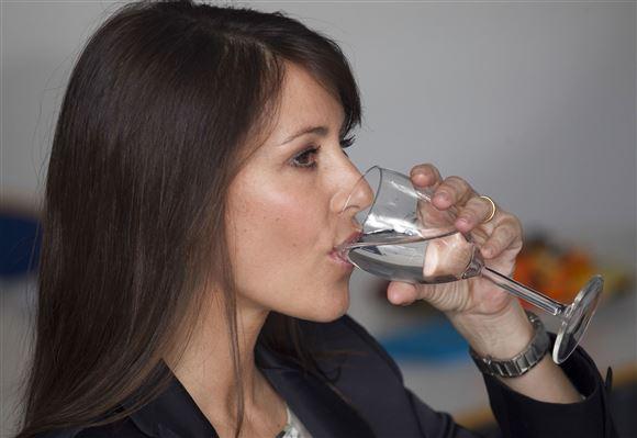 Prinsesse Marie drikker et glas vand