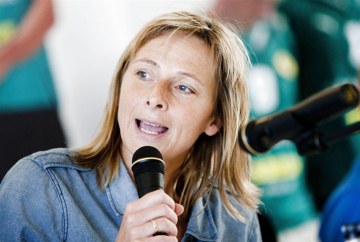 Den tidligere landsholdsspiller i håndbold Susanne Munk Wilbek med en mikrofon i hånden
