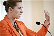 Statsminister Mette Frederiksen gestikuler fra talerstol