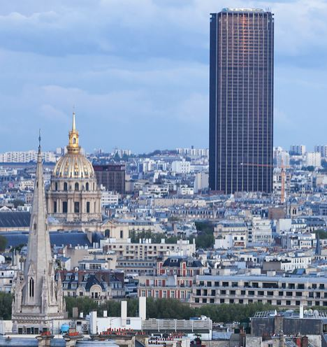 En sort skyskraber knejser over Paris' skyline