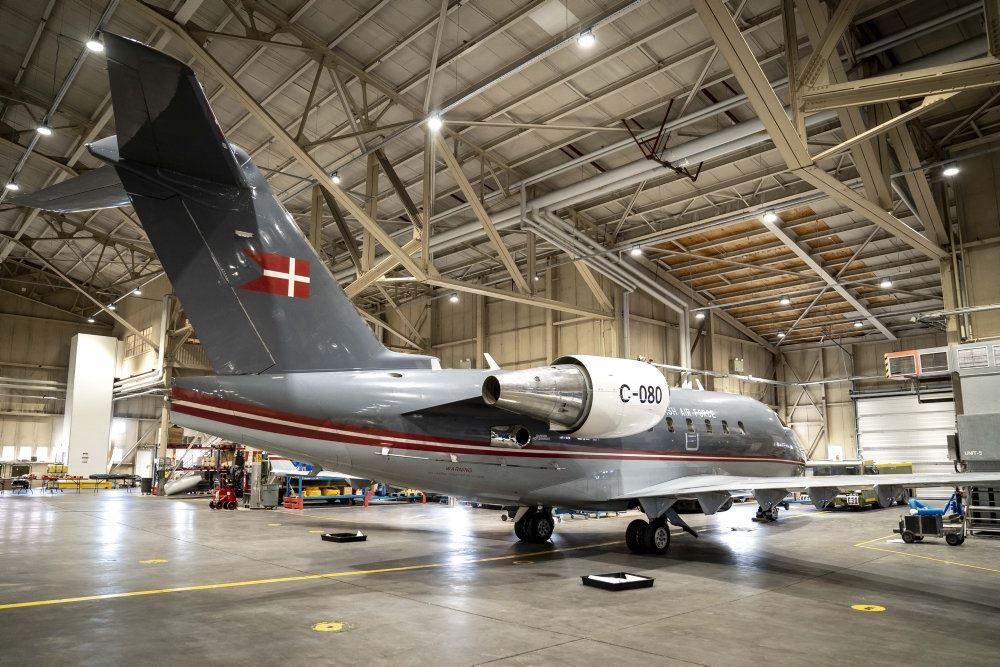 Det danske Challengerfly parkeret i en hangar