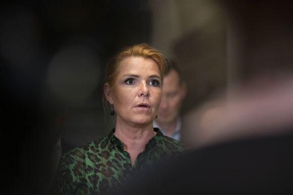 Inger Støjberg fotograferet på Christiansborg på billedet taler hun med alvorlig mine.