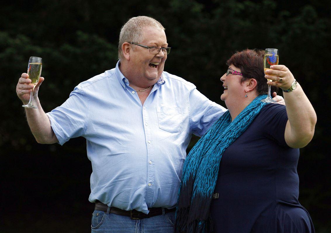 Det skotske ægtepar Colin og Christine Weir skåler i champagne efter at have vundet 1,3 milliarder i lotto i 2011.