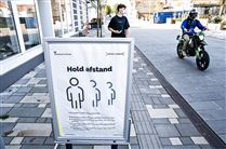 """""""Hold afstand""""-skilt på gaden i dansk by"""
