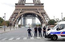 Politifolk holder vagt ved foden af Eiffel-tårnet