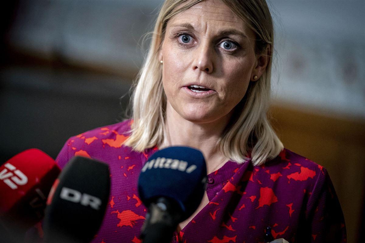 Forsvarsminister Trine Bramsen (S) udtaler sig foran flere mikrofoner
