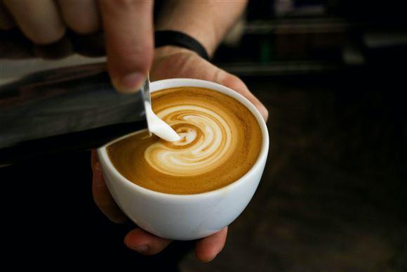 Barista laver kunst i kaffe