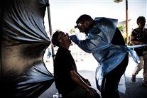 Mand bliver testet for corona i telt