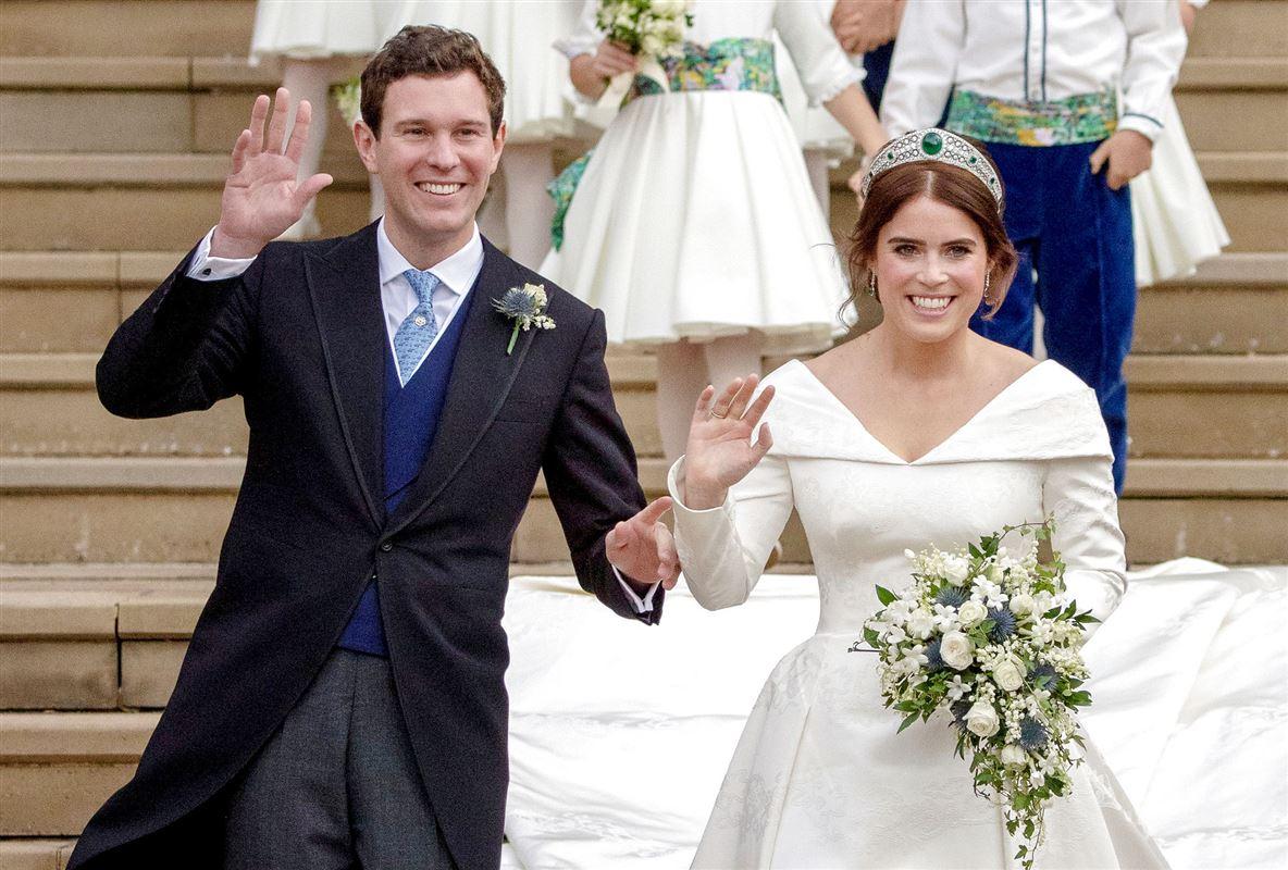 Prinsesse Eugenie og Jack Brooksbank vinker på trappen ved deres bryllup i 2018