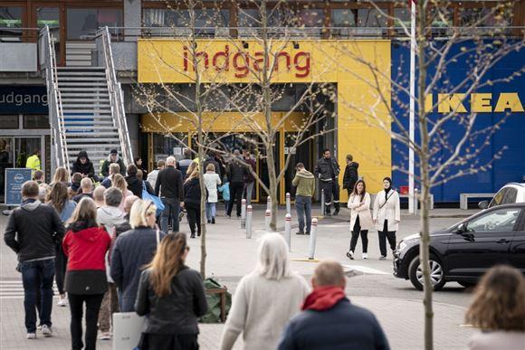 Mennesker foran indgang til IKEA-varehus