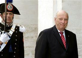 Kong Harald går forbi en norsk garder