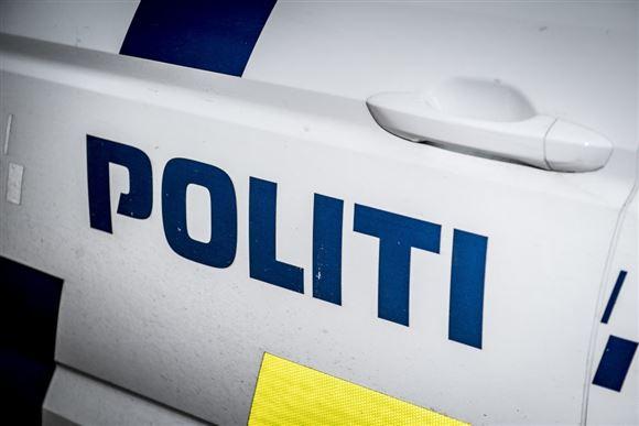 Udsnit af politibil med påskriften Politi