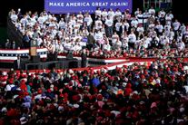 Trump på talerstol foran en masse vælgere