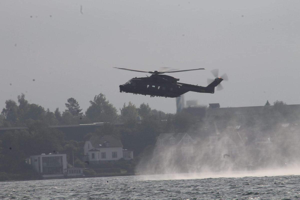 En helikopter pisker skum op på havoverfladen