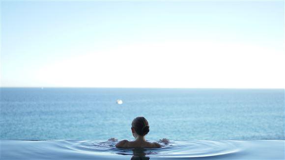 Kig ud over havet fra en swimmingppol