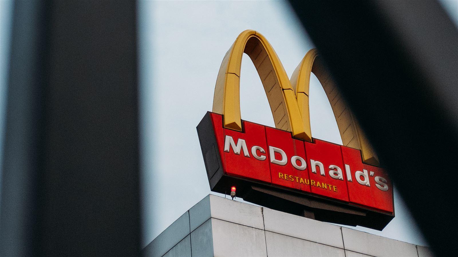 Billede af bygning med mcdonalds-skilt