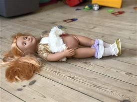 Dukke ligger på terrasse