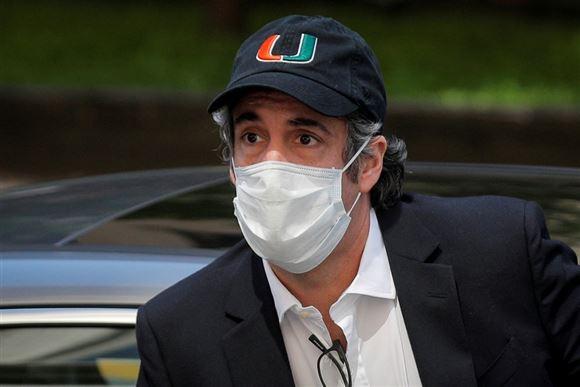 Donald Trumps tidligere advokat Michael Cohen med kasket og mundbind
