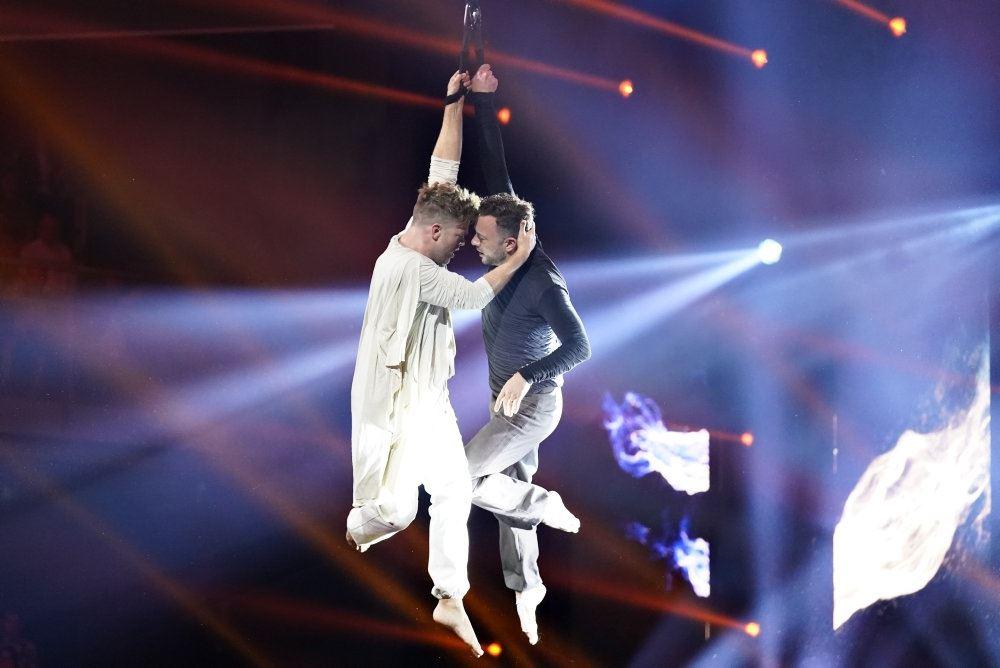 Danseren Silas Holst danser med skuespiller Jakob Fauerby i tv-programmet Vild med dans