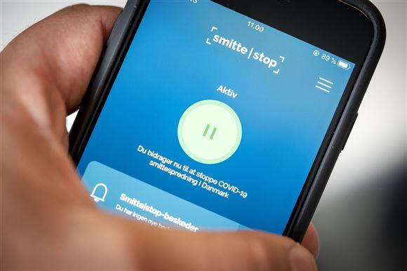 billede af mobiltelefon med smitteappen aktiv