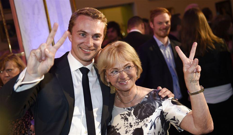 Pia Kjærsgaard og Morten Messerschmidt smiler og laver v-tegn