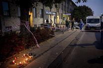 gaden hvor frisørsalonen ligger man ser fortovet og de mange stearinlys, der er blevet sat ved salonen