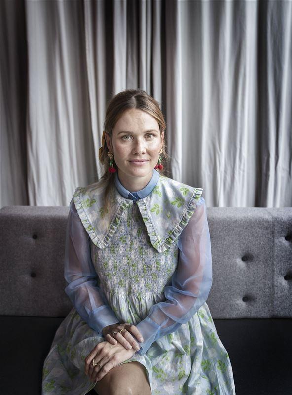 Nærbillede af sangeren Oh Land, der er dommer i X Factor. Hun er iført en blomstret kjole med krave og har en lyseblå skjorte på indenunder.